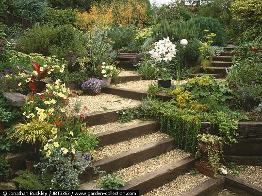 Traviesas de tren para jard n el blog de los mejores for Escalera de jardin de madera